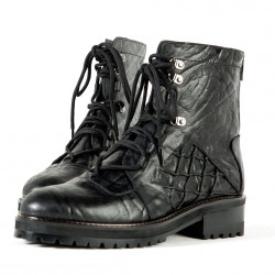 Web pattern accent leather boots