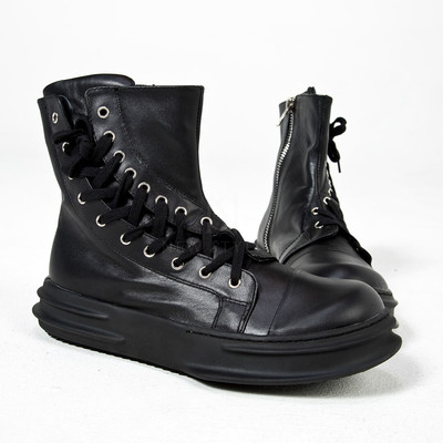 Side eyelet curved lace-up boots
