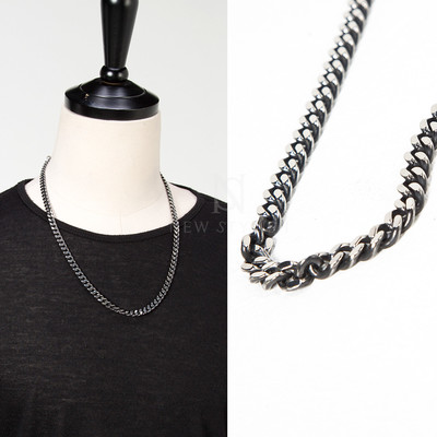 Mid-sized chain necklace